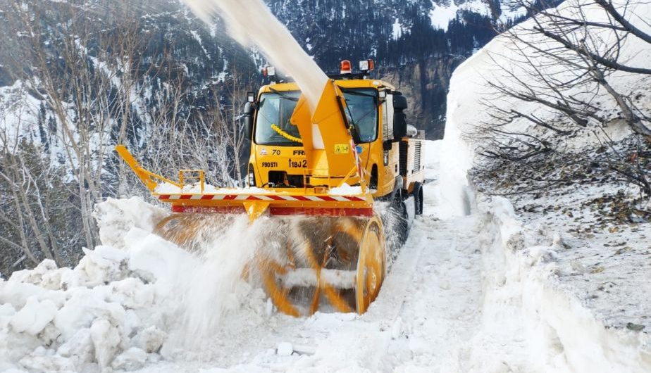 A snow cutter clears snow from Manali - Leh highway