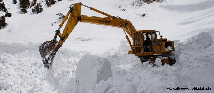 Snow clearing on Manali Leh road